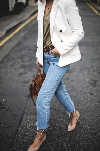 Cómo combinar: zapatos de tacón de ante en beige, vaqueros celestes, camiseta con cuello en v verde oliva, blazer cruzado blanco
