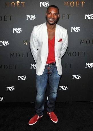 Cómo combinar: zapatillas slip-on de ante rojas, vaqueros azul marino, camiseta con cuello en v roja, blazer blanco