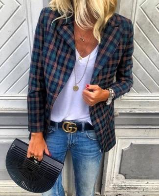 Cómo combinar: cartera sobre negra, vaqueros azules, camiseta con cuello en v blanca, blazer de tartán azul marino