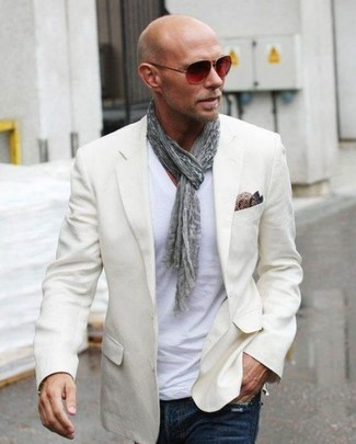Cómo combinar: pañuelo de bolsillo de seda de paisley marrón, vaqueros azul marino, camiseta con cuello en v blanca, blazer en beige