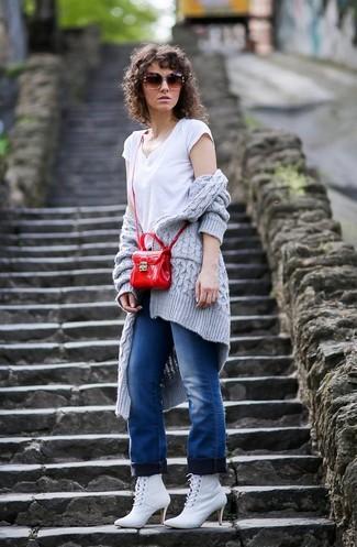 Cómo combinar: botines con cordones de cuero blancos, vaqueros azules, camiseta con cuello en v blanca, cárdigan abierto de punto gris