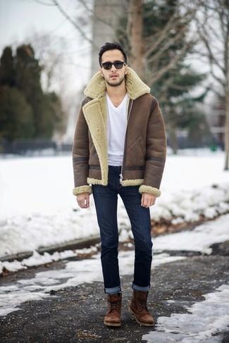 Cómo combinar: botas casual de cuero marrónes, vaqueros azul marino, camiseta con cuello en v blanca, chaqueta de piel de oveja marrón