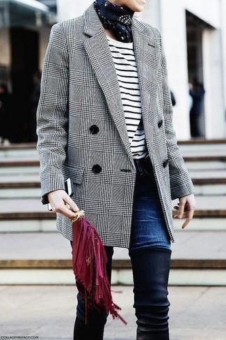 Cómo combinar: botas sobre la rodilla de ante negras, vaqueros azul marino, camiseta de manga larga de rayas horizontales en blanco y negro, blazer cruzado de lana de tartán gris