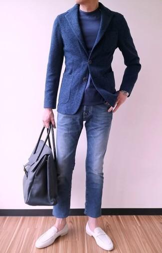 Cómo combinar: mocasín de cuero blanco, vaqueros azules, camiseta de manga larga azul marino, blazer de lana azul marino