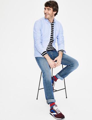Cómo combinar: deportivas de ante burdeos, vaqueros azules, camiseta de manga larga de rayas horizontales en negro y blanco, camisa de manga larga celeste