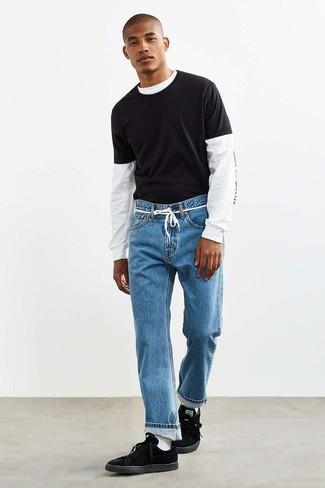 Combinar una camiseta: Para un atuendo tan cómodo como tu sillón elige una camiseta y una camiseta con cuello circular negra. ¿Te sientes valiente? Complementa tu atuendo con tenis de ante negros.