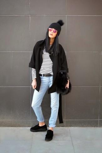Cómo combinar: mocasín con plataforma de ante negro, vaqueros celestes, camiseta de manga larga de rayas horizontales en blanco y negro, cárdigan abierto negro