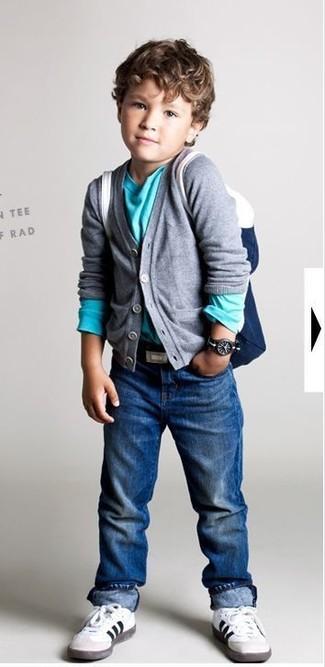 Cómo combinar: zapatillas blancas, vaqueros azules, camiseta de manga larga en turquesa, cárdigan gris