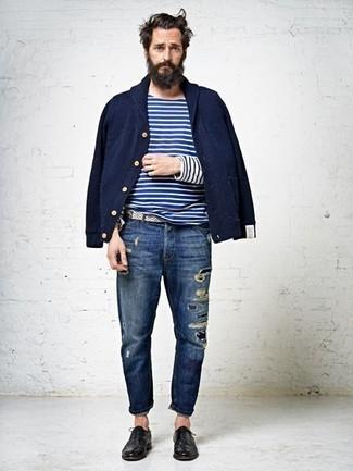 Cómo combinar: zapatos oxford de cuero negros, vaqueros desgastados azul marino, camiseta de manga larga de rayas horizontales en blanco y azul marino, cazadora de aviador azul marino