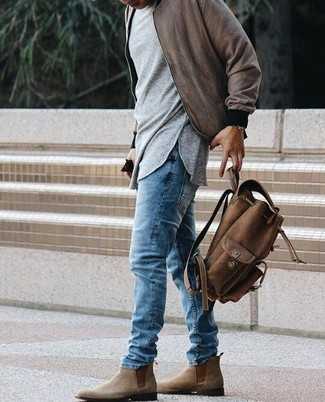Cómo combinar: botines chelsea de ante marrónes, vaqueros azules, camiseta de manga larga gris, cazadora de aviador marrón