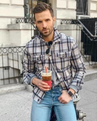 Cómo combinar: gafas de sol negras, vaqueros celestes, camiseta de manga larga gris, chaqueta estilo camisa de tartán en multicolor