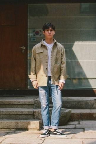Moda para hombres adolescentes: Empareja una chaqueta estilo camisa marrón claro con unos vaqueros desgastados celestes para un look diario sin parecer demasiado arreglada. Un par de tenis de lona en negro y blanco se integra perfectamente con diversos looks.