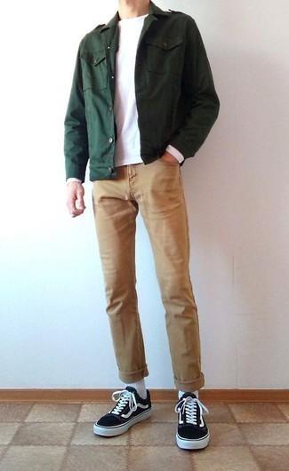 Outfits hombres: Empareja una chaqueta militar verde oscuro junto a unos vaqueros marrón claro para una vestimenta cómoda que queda muy bien junta. Si no quieres vestir totalmente formal, elige un par de tenis de lona en negro y blanco.