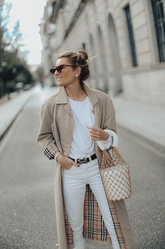 Look de moda: Mochila con cordón de cuero blanca, Vaqueros blancos, Camiseta de manga larga blanca, Gabardina en beige