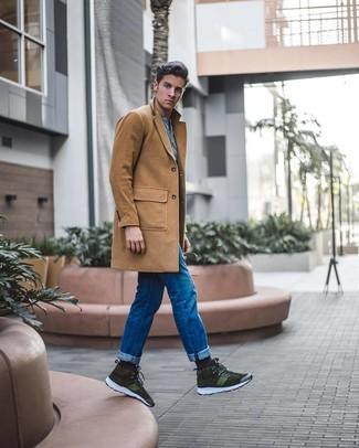 Cómo combinar: zapatillas altas de ante verde oliva, vaqueros azules, camiseta henley celeste, abrigo largo marrón claro