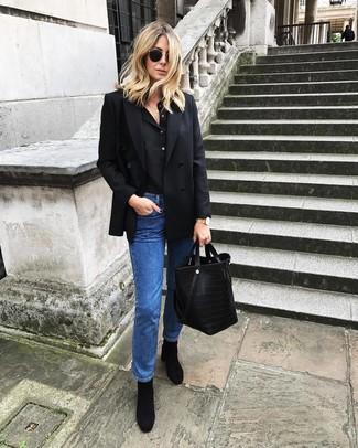 Cómo combinar: botines de ante negros, vaqueros azules, camiseta henley negra, blazer cruzado negro