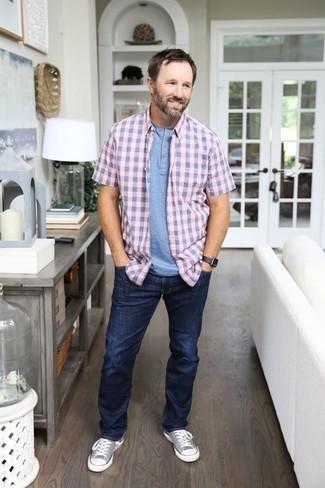 Outfits hombres: Utiliza una camisa de manga corta de cuadro vichy rosada y unos vaqueros azul marino para una apariencia fácil de vestir para todos los días. Tenis de lona grises son una opción inmejorable para completar este atuendo.