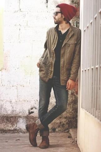 Cómo combinar: botas casual de cuero marrónes, vaqueros negros, camiseta henley negra, chaqueta con cuello y botones marrón claro
