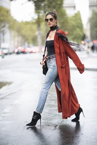 Cómo combinar: botines de ante negros, vaqueros celestes, camiseta sin manga negra, abrigo duster rojo