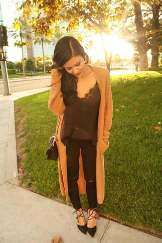 Cómo combinar: zapatos de tacón de ante negros, vaqueros desgastados negros, camiseta sin manga de seda negra, abrigo de punto marrón claro