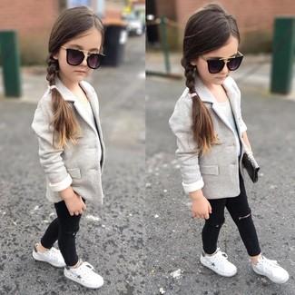 Cómo combinar: zapatillas blancas, vaqueros negros, camiseta sin manga blanca, blazer gris