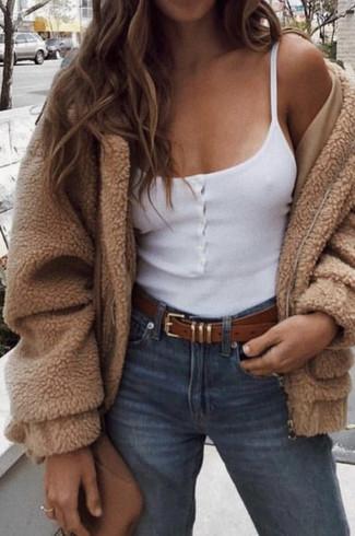 Cómo combinar: bolso bandolera de cuero marrón, vaqueros azules, camiseta sin manga blanca, cazadora de aviador de forro polar marrón claro