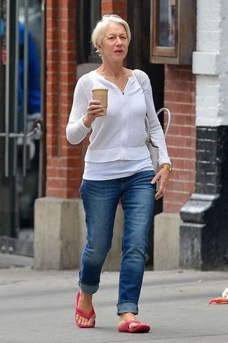 Cómo combinar: sandalias de dedo rosa, vaqueros azules, camiseta sin manga blanca, jersey con cremallera blanco