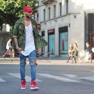Cómo combinar: zapatillas altas rojas, vaqueros desgastados azules, camiseta sin mangas blanca, camisa de manga larga de camuflaje verde