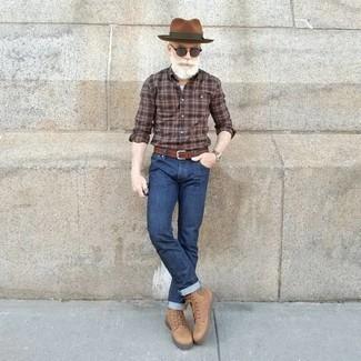 Combinar unos vaqueros azul marino estilo casuale: Empareja una camisa de manga larga de tartán marrón junto a unos vaqueros azul marino para lidiar sin esfuerzo con lo que sea que te traiga el día. Dale onda a tu ropa con botas casual de cuero marrón claro.