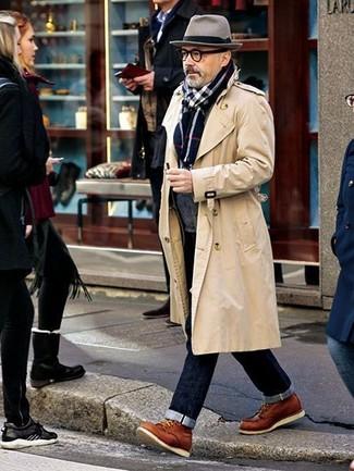Cómo combinar: botas casual de cuero en tabaco, vaqueros azul marino, cárdigan con cuello chal en gris oscuro, gabardina en beige