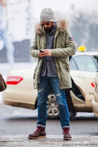 Cómo combinar: botas de trabajo de cuero burdeos, vaqueros desgastados azules, cárdigan con cuello chal gris, parka verde oliva