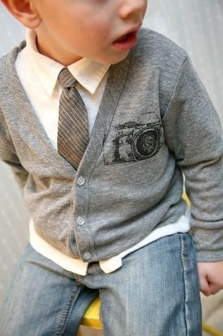 Cómo combinar: corbata gris, vaqueros celestes, camisa de manga larga blanca, cárdigan gris