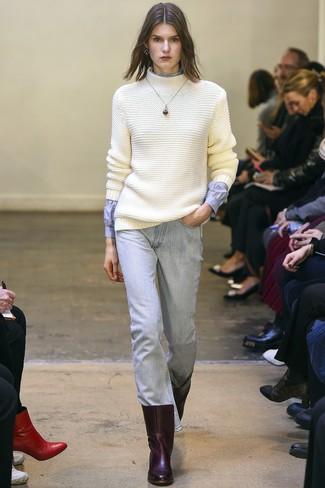 Cómo combinar: botines de cuero burdeos, vaqueros celestes, camisa de vestir celeste, jersey de cuello alto de lana de punto blanco