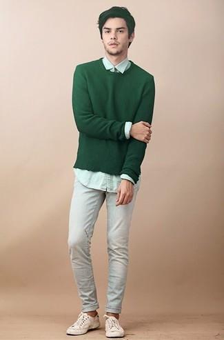 Cómo combinar: tenis de lona en beige, vaqueros celestes, camisa de vestir en verde menta, jersey con cuello circular verde