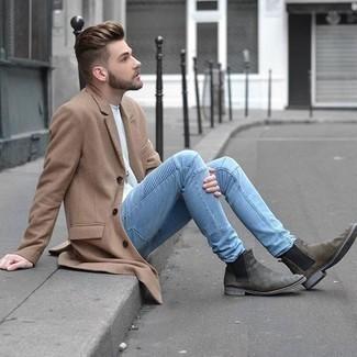 Combinar unos botines chelsea de ante grises: Si buscas un look en tendencia pero clásico, haz de un abrigo largo marrón claro y unos vaqueros celestes tu atuendo. Complementa tu atuendo con botines chelsea de ante grises para mostrar tu inteligencia sartorial.