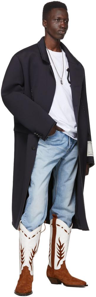 Cómo combinar: botas camperas de cuero en blanco y marrón, vaqueros celestes, camiseta con cuello circular estampada en blanco y negro, abrigo largo negro