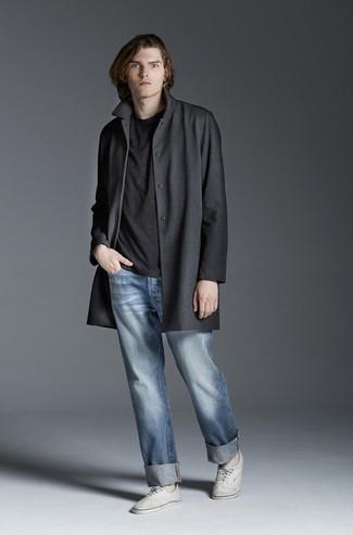 Cómo combinar: tenis de lona blancos, vaqueros celestes, camiseta con cuello circular en gris oscuro, abrigo largo en gris oscuro