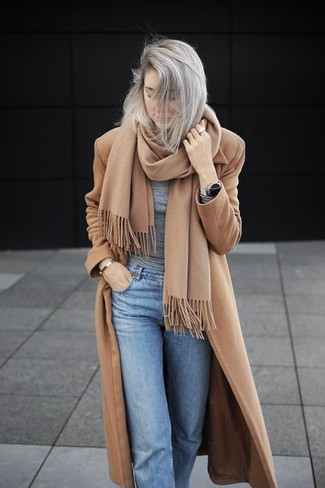 Combinar una bufanda marrón claro en clima fresco: Opta por un abrigo marrón claro y una bufanda marrón claro para un look agradable de fin de semana.
