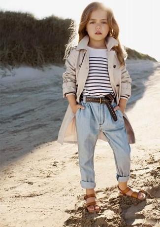 Cómo combinar: sandalias marrónes, vaqueros celestes, camiseta de rayas horizontales en blanco y negro, gabardina en beige