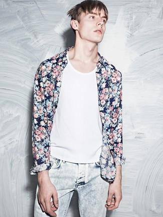 Cómo combinar: vaqueros celestes, camiseta sin mangas blanca, camisa de manga larga con print de flores azul marino