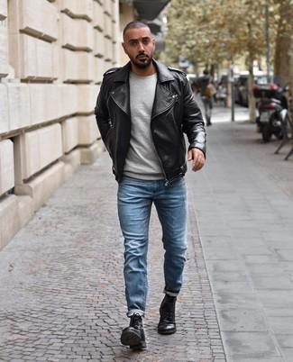 Cómo combinar: botas casual de cuero negras, vaqueros celestes, jersey con cuello circular gris, chaqueta motera de cuero negra