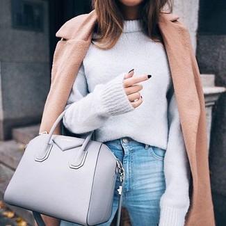 Cómo combinar: bolsa tote de cuero gris, vaqueros celestes, jersey oversized gris, abrigo marrón claro