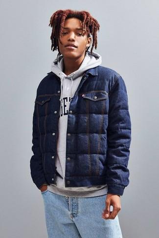 Cómo combinar: vaqueros celestes, sudadera con capucha estampada gris, chaqueta estilo camisa vaquera acolchada azul marino