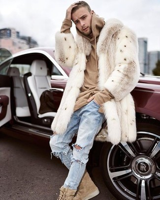 Cómo combinar: botas casual de ante marrón claro, vaqueros desgastados celestes, sudadera con capucha marrón claro, abrigo de piel en beige