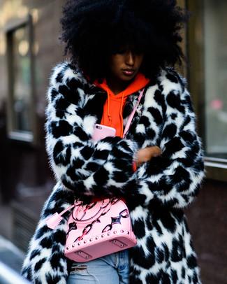 Cómo combinar: bolso bandolera de cuero rosado, vaqueros desgastados celestes, sudadera con capucha naranja, abrigo de piel en blanco y negro