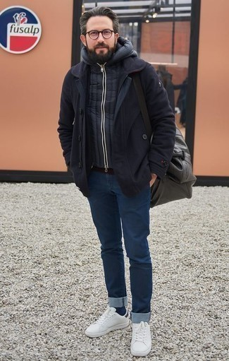 Combinar un chaleco de abrigo acolchado azul marino: Haz de un chaleco de abrigo acolchado azul marino y unos vaqueros azul marino tu atuendo para conseguir una apariencia relajada pero elegante. Tenis de cuero blancos son una opción grandiosa para completar este atuendo.