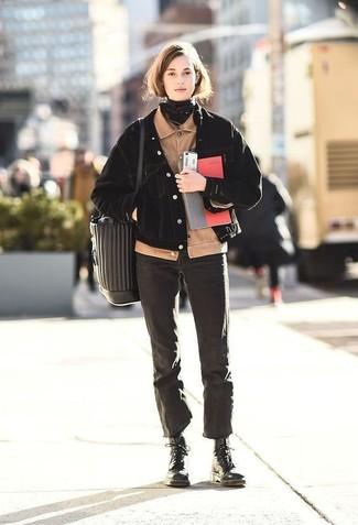 Cómo combinar: botas planas con cordones de cuero negras, vaqueros negros, chaqueta vaquera negra, cazadora de aviador de pana en beige