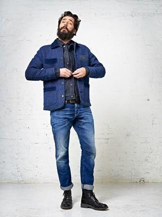 Cómo combinar: botas brogue de cuero negras, vaqueros azules, chaqueta vaquera azul marino, chaqueta con cuello y botones azul marino
