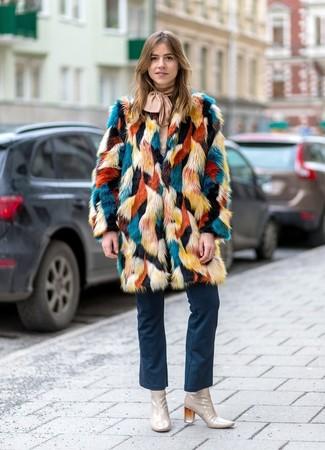 Combinar unos botines de cuero en beige: Ponte un abrigo de piel en multicolor y unos vaqueros de campana azul marino para lucir elegante y distinguida. Botines de cuero en beige son una opción atractiva para completar este atuendo.