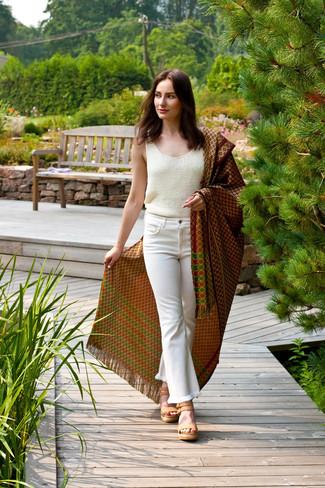 Cómo combinar: sandalias con cuña de cuero marrón claro, vaqueros de campana blancos, blusa sin mangas de punto blanca, chal estampado marrón